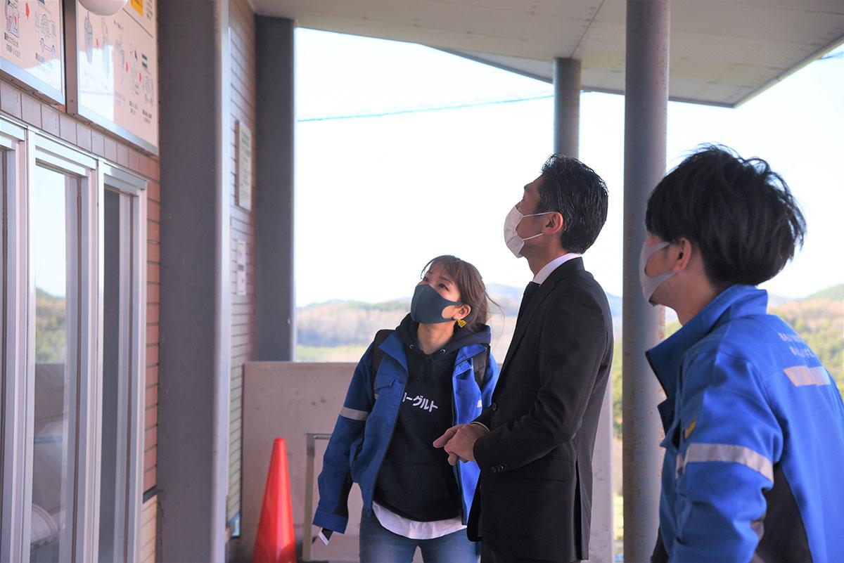 くずまき高原牧場でヨーグルトの製造工程を学ぶ向井智香さん