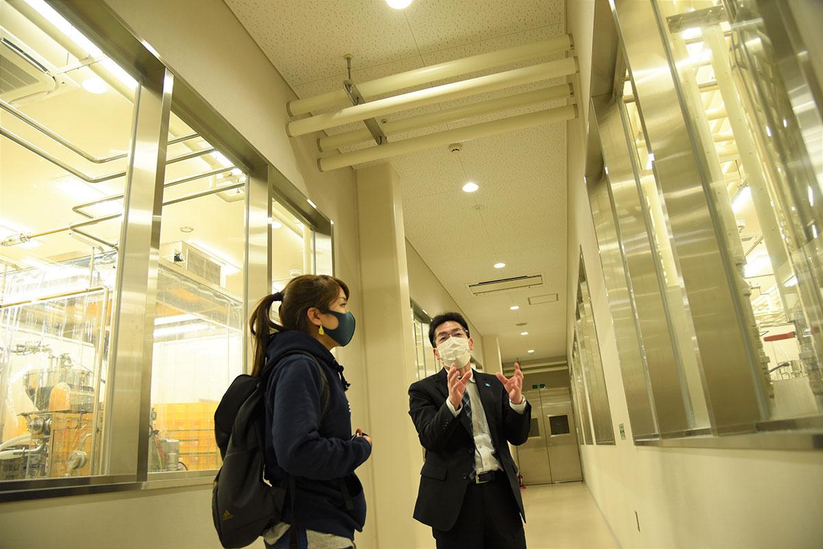 岩泉ヨーグルトの製造工程を学ぶ向井智香さん